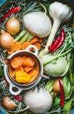 Diverse organische seizoengebonden regionale groenteningrediënten, verse specerij en wortelgewassen voor Gezonde, schone voedsel  royalty-vrije stock afbeeldingen