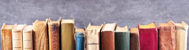 Diverse oude boeken op een plank stock foto