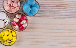 Diverse pillen en capsules in de hoogste mening van glascontainers Royalty-vrije Stock Foto