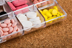 Diverse pillen in plastic container Stock Afbeeldingen