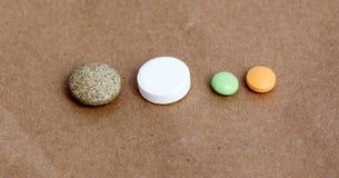 Diverse pillen, tablettes, capsules op whteachtergrond Stock Foto's