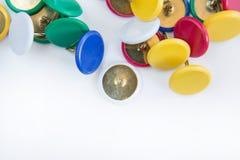 Diverse punaise ou punaise de couleur sur le fond blanc Photo libre de droits