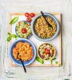 Diverse saladesschotel op lichte rustieke achtergrond De bar van de huissalade Royalty-vrije Stock Foto's