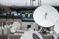Diverse satellietschotels en zenders in de technische hub van een media televisie en radioomroep in de voorsteden van Montreal, royalty-vrije stock fotografie