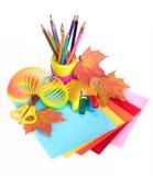 Diverse schooltoebehoren aan de creativiteit van kinderen stock afbeelding