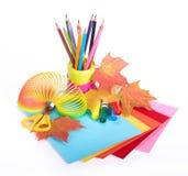 Diverse schooltoebehoren aan de creativiteit van kinderen stock afbeeldingen