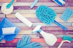 Diverse schoonmakende die hulpmiddelen op een kleurrijke lijst worden geplaatst royalty-vrije stock fotografie