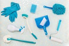 Diverse schoonmakende hulpmiddelen en tegel stock foto's