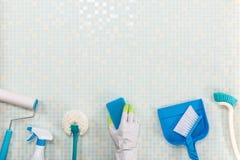 Diverse schoonmakende hulpmiddelen en tegel stock afbeeldingen