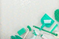 Diverse schoonmakende hulpmiddelen en tegel royalty-vrije stock fotografie