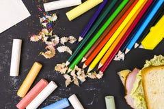 Diverse skolatillförsel, krita, glass knoppar på en mörk bakgrund Begreppsstudien royaltyfri foto