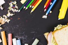 Diverse skolatillförsel, krita, glass knoppar på en mörk bakgrund Begreppsstudien arkivbilder