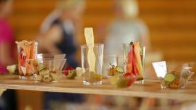 Diverse snacks op een buffetlijst bij de gebeurtenis, de camera beweegt zich regelmatig stock videobeelden