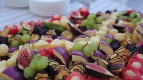 Diverse snacks op een restaurant in de catering stock video