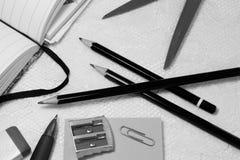 Diverse soorten bureaumateriaal ligt op witte kantachtergrond stock foto's