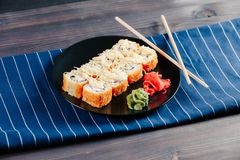 Diverse soorten hete gebraden die sushibroodjes op lijst worden gediend Stock Fotografie
