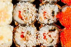 Diverse soorten hete gebraden die sushibroodjes op lijst worden gediend Lage diepte van gebied Stock Afbeelding