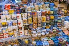 Diverse soorten kleurrijke het drinken mokken en onderleggers voor glazen op verkoop binnen Grote Bazaar in Istanboel, royalty-vrije stock fotografie