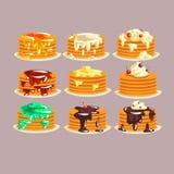 Diverse soorten pannekoeken met verschillende ingrediënten, traditioneel ontbijtvoedsel met bessen, stroop, boterreeks van Stock Afbeelding