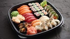 Diverse soorten sushi op plaat of schotelreeks stock footage