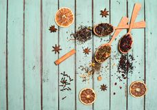 Diverse soorten thee en kruiden in houten lepels op sjofele elegant Royalty-vrije Stock Foto