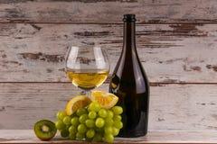 Diverse soorten wijn, druiven en twee glazen van de witte wijn Royalty-vrije Stock Foto
