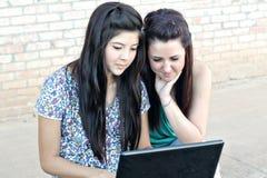 Diverse tienermeisjes op laptop Stock Fotografie