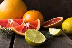 Diverse types van citrusvruchten op een houten achtergrond Royalty-vrije Stock Afbeelding