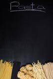 Diverse types van deegwaren op een zwarte raad met krijttitel Hoge hoekmening, vrije tekstruimte Royalty-vrije Stock Afbeeldingen