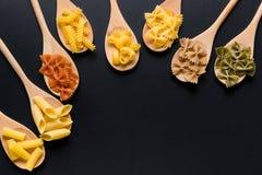 Diverse types van Italiaanse deegwaren stock afbeeldingen