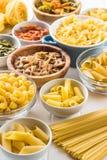 Diverse types van Italiaanse deegwaren stock afbeelding