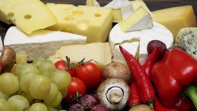 Diverse types van kaas - Brie, camembert, roquefort en cheddar stock videobeelden