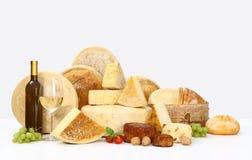 Diverse types van kaas met wijn, druiven, tomaten, basilicum, Stock Afbeelding