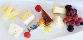 Diverse Types van Kaas op een Houten Achtergrond Stock Afbeeldingen