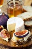 Diverse Types van Kaas op een Houten Achtergrond Royalty-vrije Stock Foto's