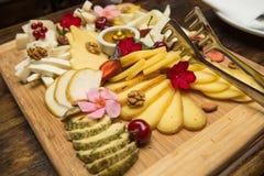 Diverse Types van Kaas op een Houten Achtergrond Stock Foto's