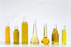Diverse types van olie in flessen stock foto's