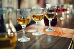 Diverse types van uitstekende wijn bij kledingscocktail party Stock Foto