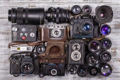 Diverse uitstekende fotocamera's en de oude lenzen, sluiten omhoog Stock Foto's