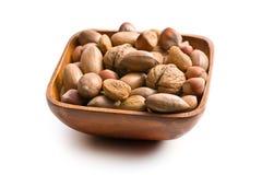 Diverse unpeeled noten in houten kom stock afbeelding