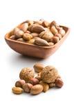 Diverse unpeeled noten in houten kom stock fotografie