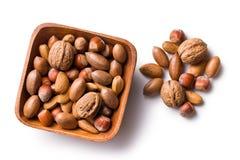 Diverse unpeeled noten in houten kom stock foto's