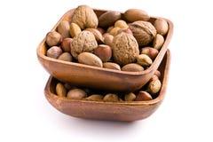 Diverse unpeeled noten in houten kom royalty-vrije stock afbeelding