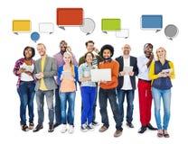 Diverse van de Mensen Sociale Voorzien van een netwerk en Toespraak Bellen Stock Fotografie