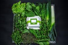 Diverse verse greens met sla, munt, peterselie, ui en doos Stock Afbeelding