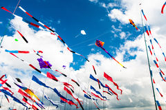Diverse vlaggen en vliegers die op de blauwe hemel vliegen Stock Afbeelding