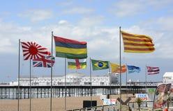 Diverse vlaggen op de strandboulevard van Brighton engeland Stock Afbeeldingen