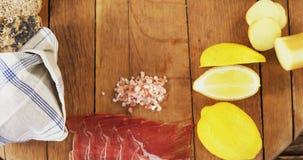 Diverse voedselpunten op houten raad stock videobeelden