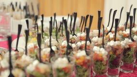 Diverse voorgerechten, desserts, dranken, plantaardige salade bij een banket over catering stock videobeelden