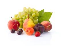 Diverse vruchten op de witte achtergrond stock foto
